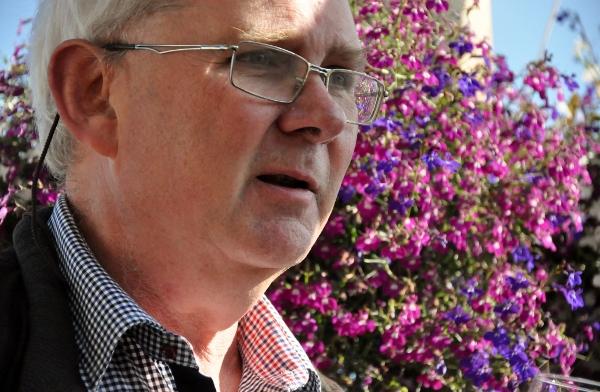 Carl-Magnus Hedin pratar om vingården