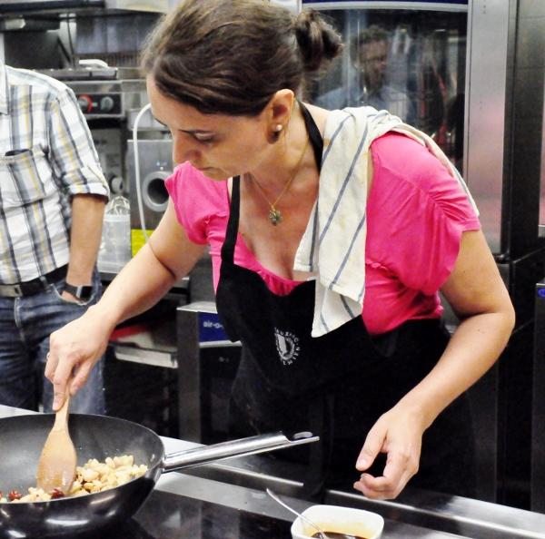 Fuchsia Dunlop cooking (600x594)